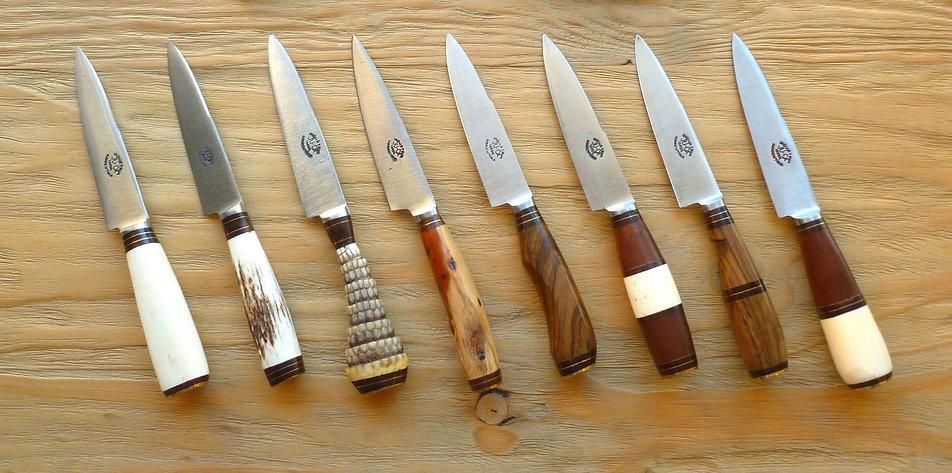 Collection Kamyno de couteaux gauchos argentins véritable, bois exotique, cerf, os, aciers carbone et etuis en cuir