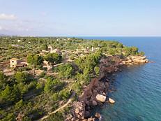 Photo drone hameau sur la falaise