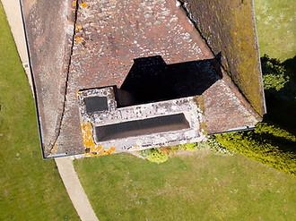 Inspection photo par drone d'une toiture pour la préparation de travaux avec les couvreurs près de Poitiers, dans la Vienne 86