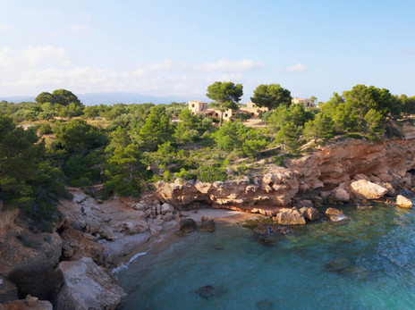 Photo drone d'une crique et sa falaise et villa