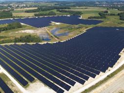Photo par drone d'un parc photovoltaique à Tours en Indre et Loire 37