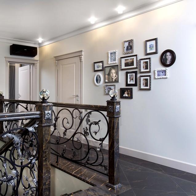 Кованная лестница в доме