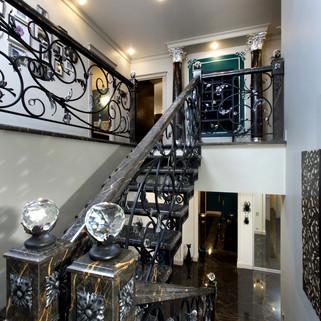 Кованная лестница в загородном доме