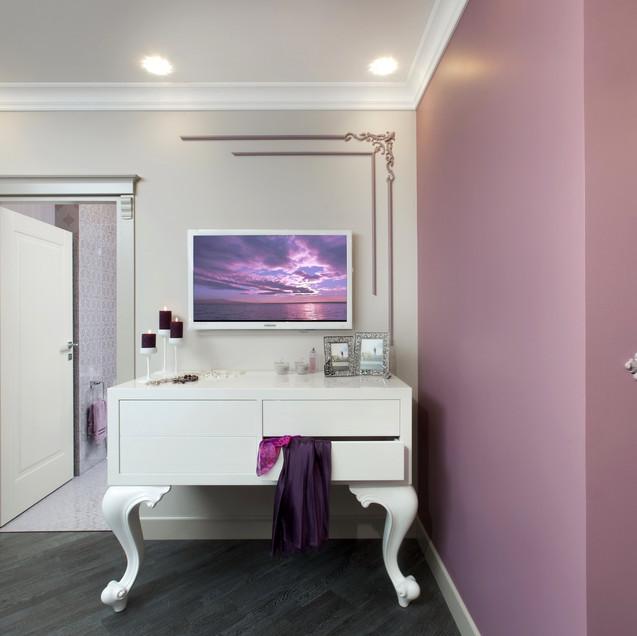 Белый глянцевый комод в дизайне интерьера спальни