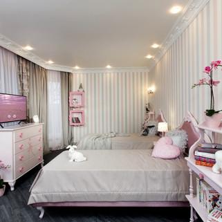 Детская комната с полосатыми обоями