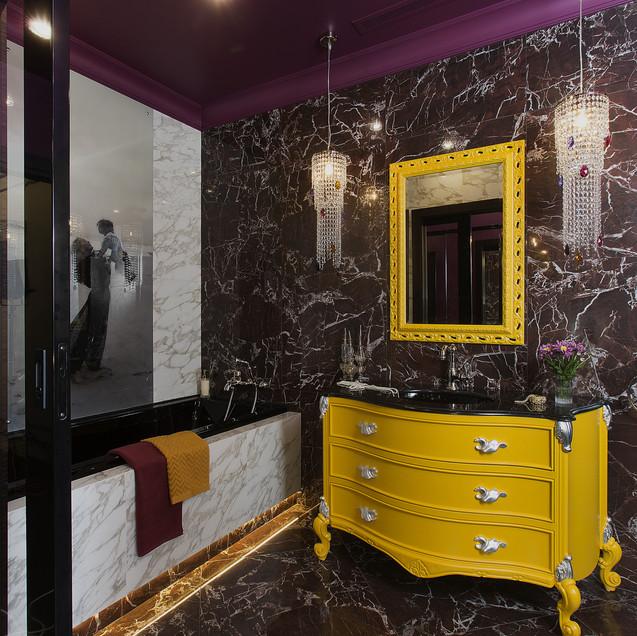 Ванная комната с яркими желтыми акцентами