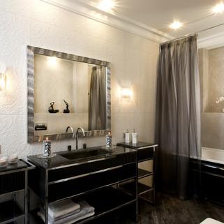 Стильная ванная комната с черной раковиной