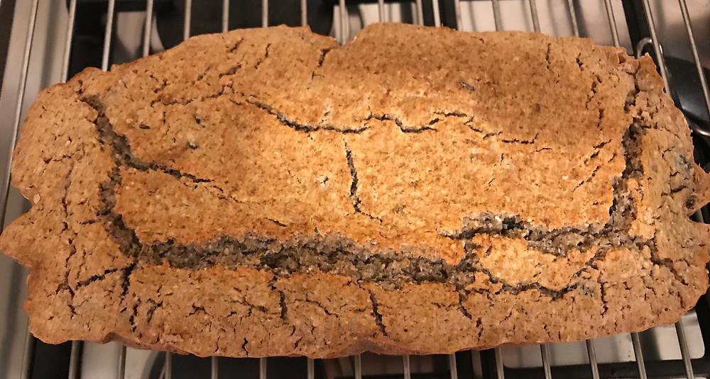 frisch gebackenes glutenfreies Hirse-Buchweizenbrot
