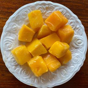 Vegane Panna cotta aus Kokosmilch mit einer Mangosoße