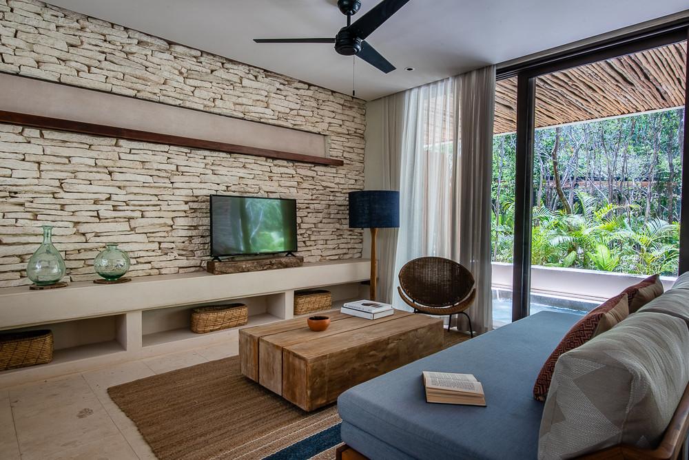 Fotografía de bienes raíces con libro abierto sobre sillón en Copal Tulum