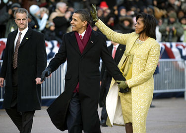 375px-Obamas_walk_down_PA_Ave._1-20-09_hires_090120-N-0696M-546a