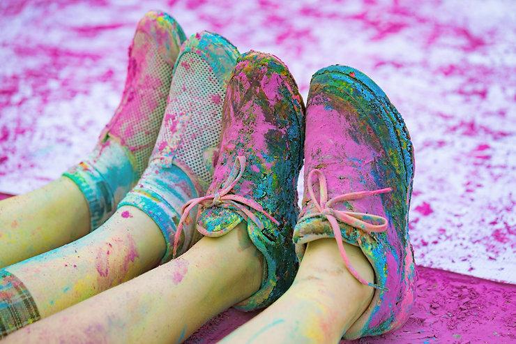 カラーパウダーで覆われた靴