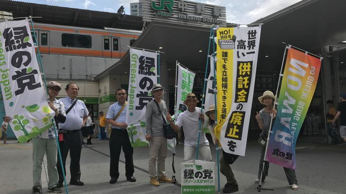 東京定例街宣で署名活動