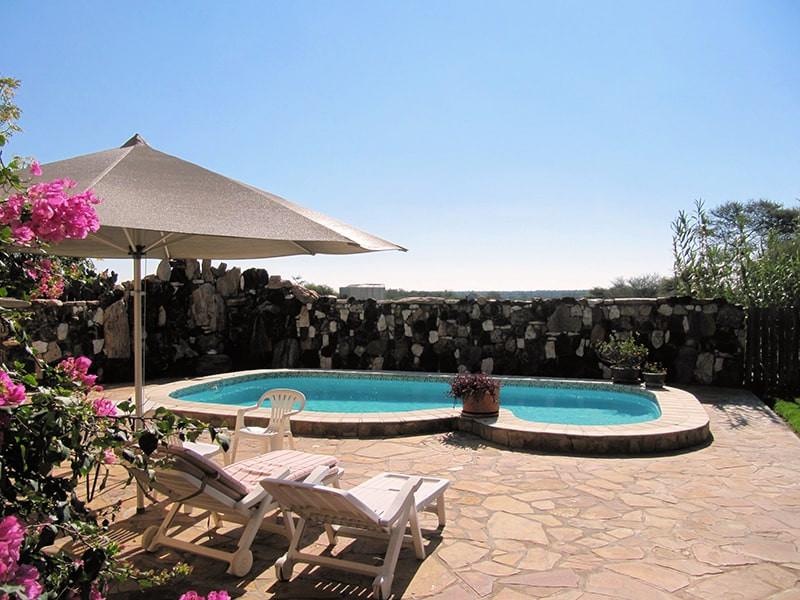 schwimmbad-ansicht-jagdfarm-namibia-kash