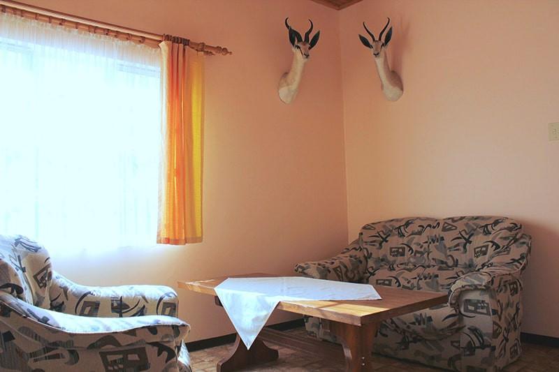 wohnzimmer-gastraum-jagdfarm-namibia-kas