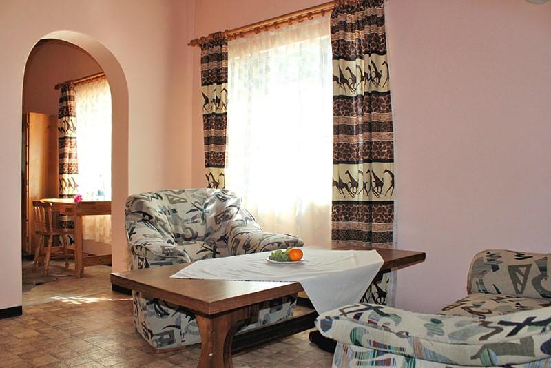 wohnzimmer-2-gastraum-jagdfarm-namibia-k