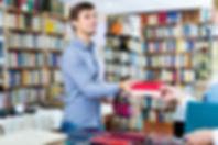 Mann kauft Buch