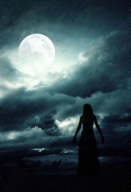 Dunkle Frau schaut zum Mond