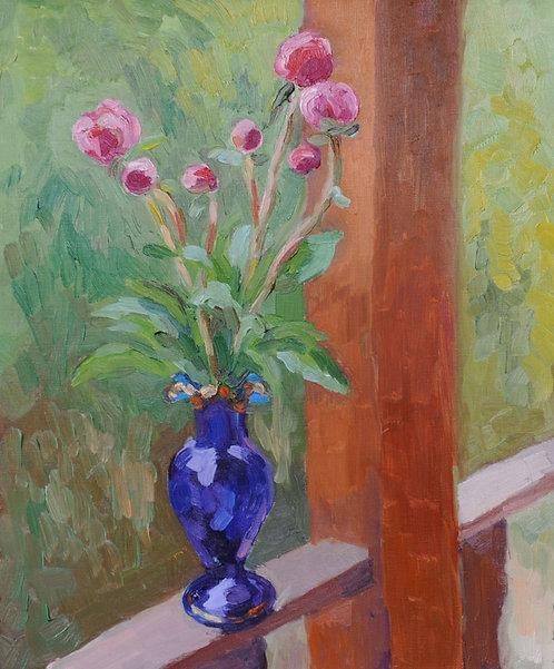 Бутоны пионов в синей вазе