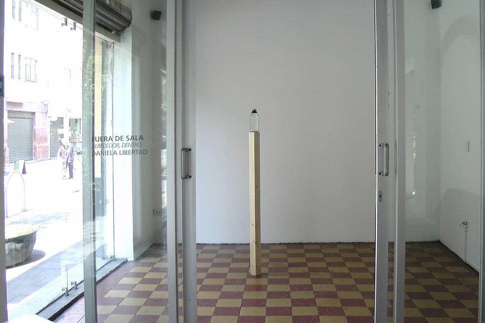 Alrededor, dentro. Vista de sala
