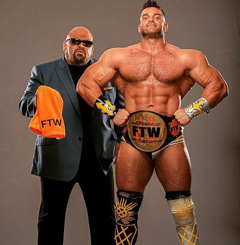 Taz-y-Brian-Cage-con-el-Campeonato-FTW-e