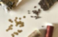 Agulha bordando miçanga dourada em tela dourada