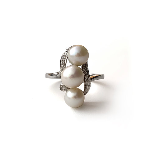3 Pearls Ring | Gold 18K with three Freshwater Pearls & Diamonds