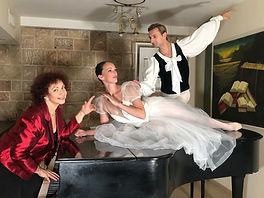 תמונות בתערוכה עם רקדנים.JPEG