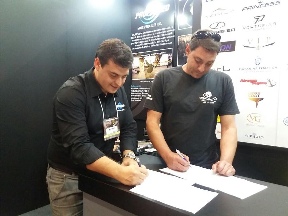 Direitor da Propspeed Brasil - Januário Gagliardi (a esquerda) e Wendell Estol, diretor geral da Sea Shepherd no Brasil (a direita)