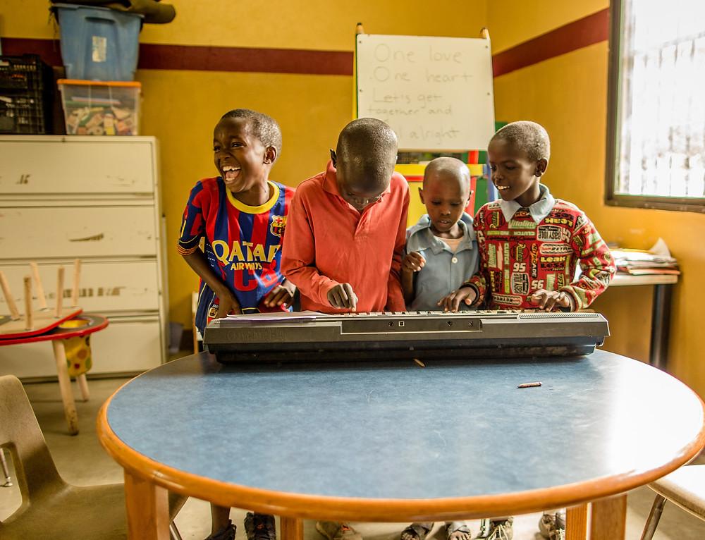 Kids playing the keyboard! Photo by Sandra Selva.