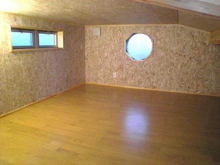 すばらしい大工仕事の八角形窓の小屋裏収納