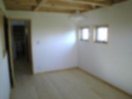 小屋裏の床裏がそのまま見える天井のよ洋間