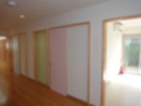 地域の集会所 外装は5色の複合色による特色のあるサイディング。内部は広ーい集会室。耐震性にも配慮した頑強な地域の集会所です。
