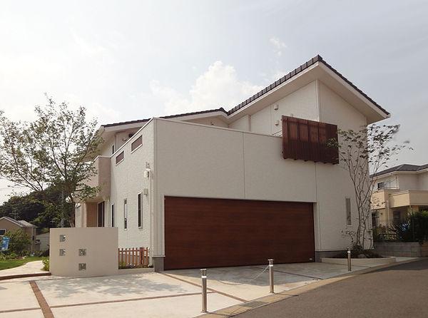 耐震にも配慮した大スパン ガレージのある住宅。 ガレージ上は 広いルーフバルコニー!