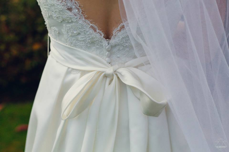 wedding photographers devon back of dress ribon.jpg