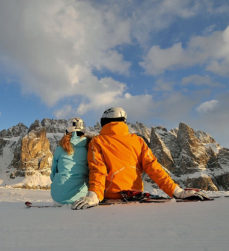 Sciatori che ammirano le montagne