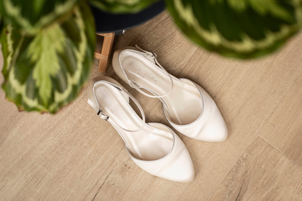 Trouwfoto van de bruidsschoenen van Elise
