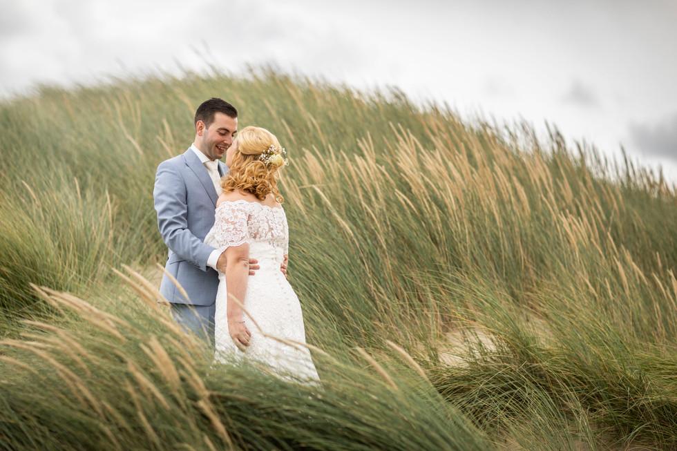 Bruiloft foto van het bruidspaar in de duinen van Kijkduin