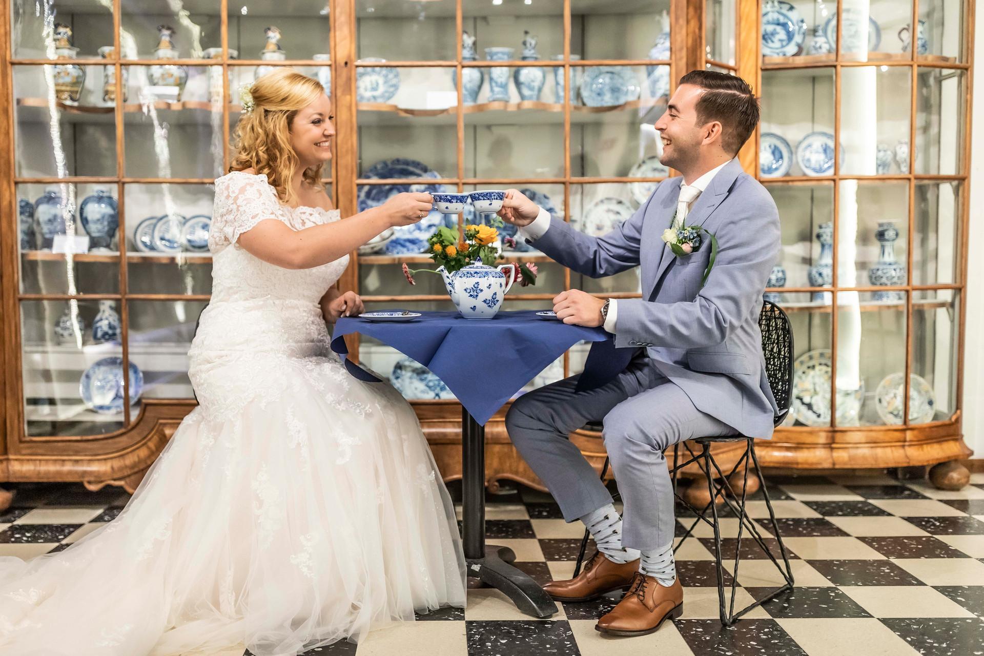 Trouwfoto van het bruidspaar tijdens de fotoshoot