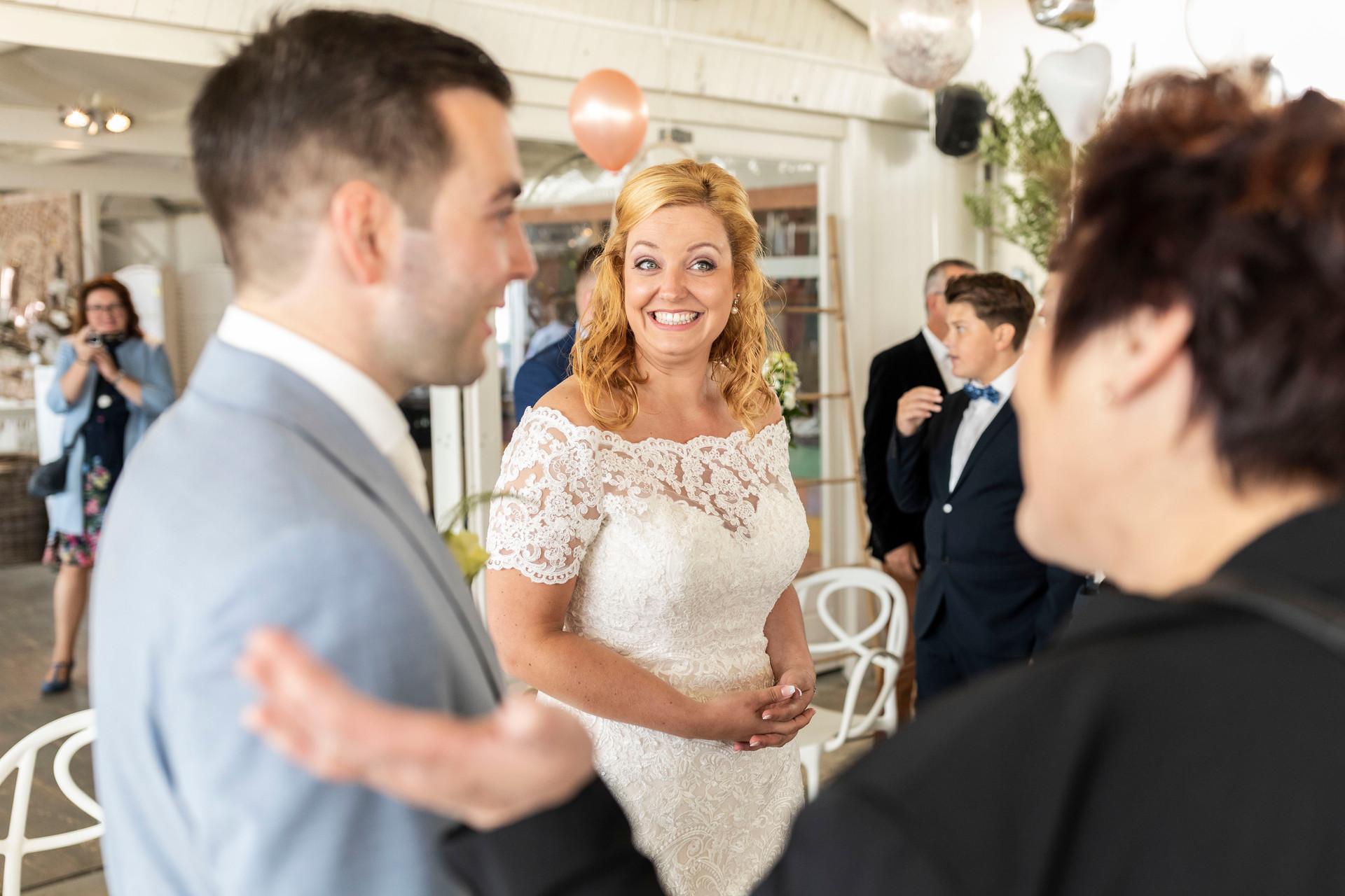 Bruiloft foto het bruidspaar met de daggasten