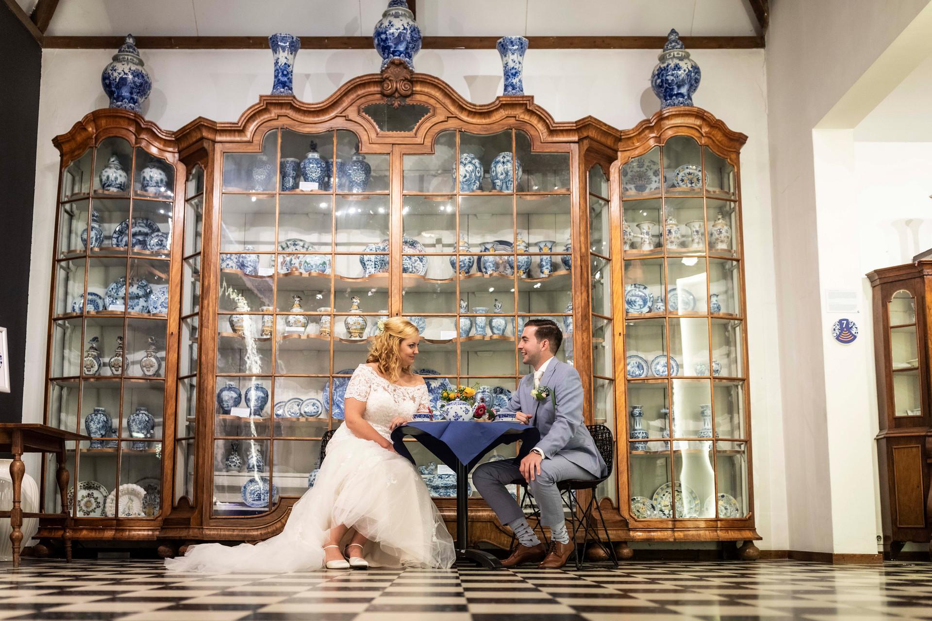 Trouwfoto van het bruidspaar in De Porceleyne Fles in Delft