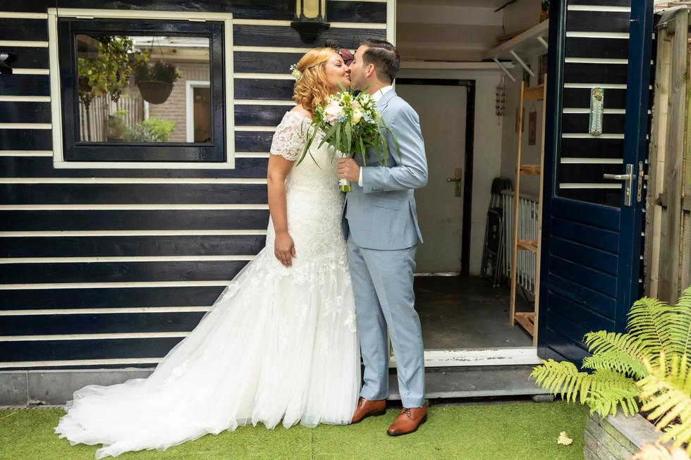 Bruidsfoto van de eerste kus