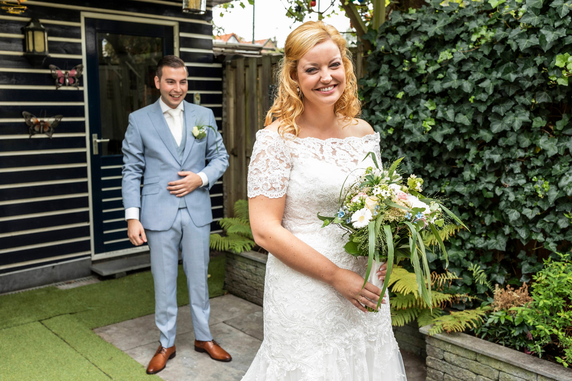Bruidsfoto van de heel blije Elise
