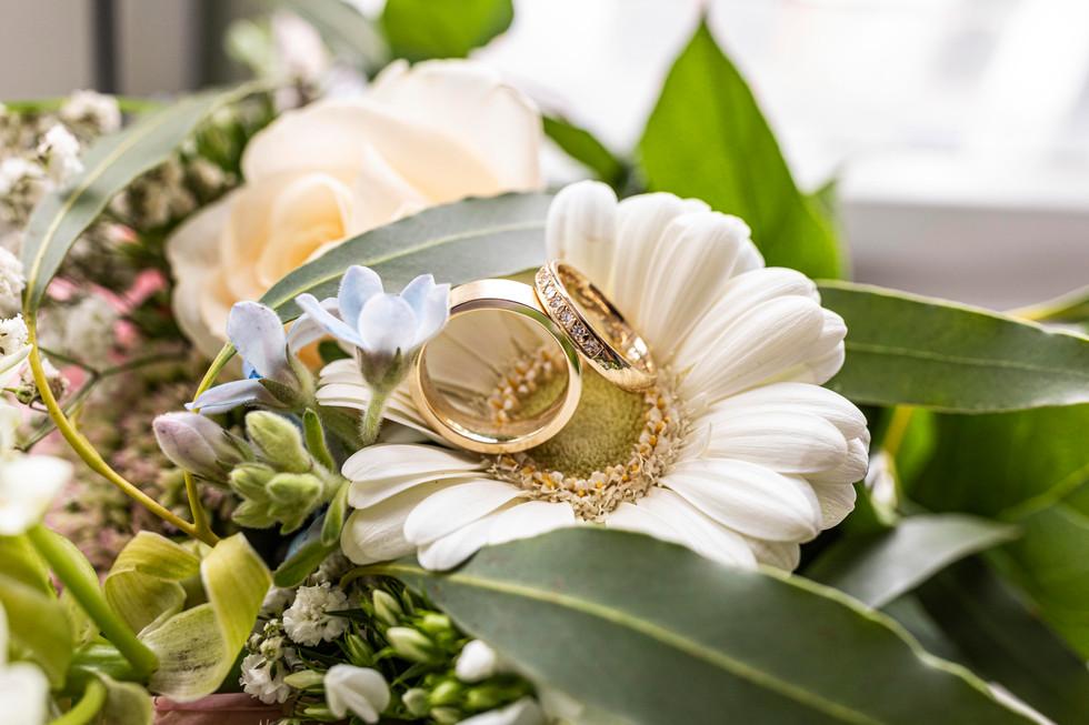 Trouwfoto van de trouwringen van Roy & Elise in Delft