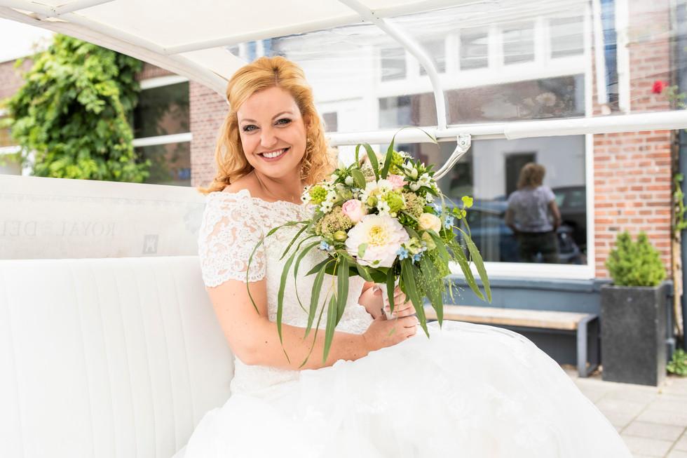 Bruidsfoto van Elise in de Delft City Shuttle