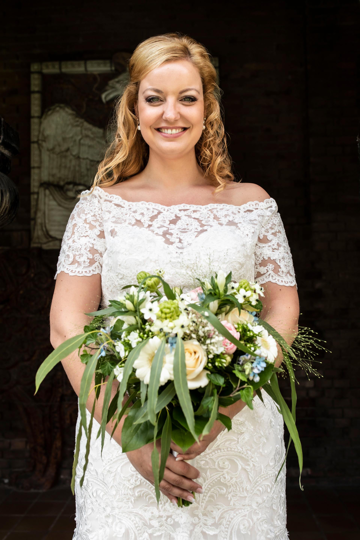 Bruiloft foto van Elise met haar prachtige bruidsboeket