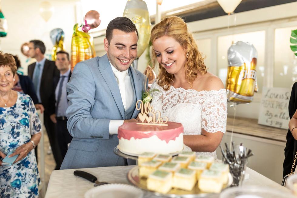 Bruiloft foto aansnijden bruidstaart