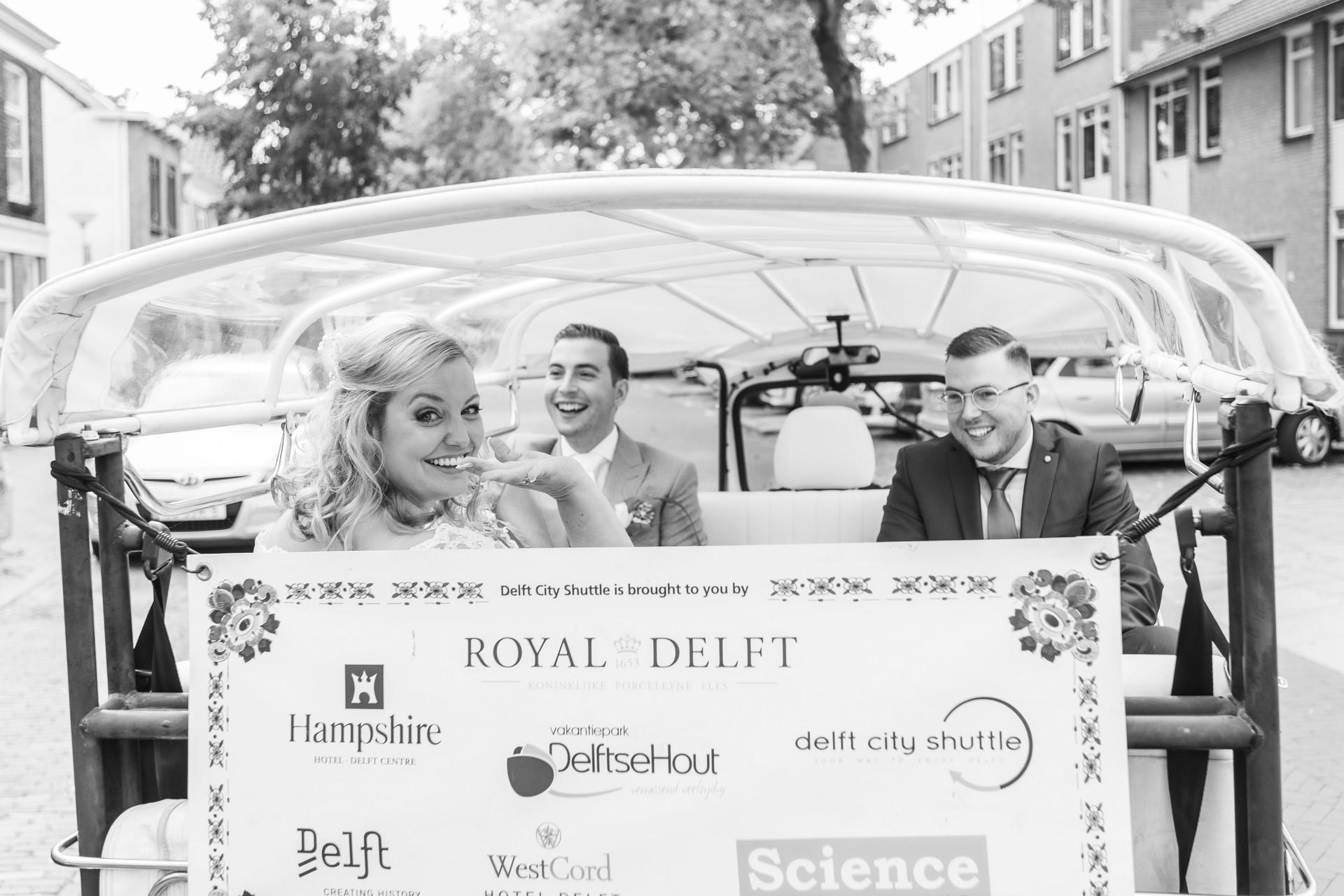 Trouwfoto van het bruidspaar in de Delft City Shuttle