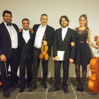 Varios años han pasado entre una foto y otra, y mucho ha evolucionado la orquesta desde entonces...