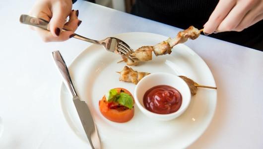 Этикет: как правильно есть шашлык в ресторане